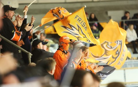 VALUTA FOR PENGENE: Drøyt 50 tilreisende supportere fra Asker fikk mye å juble for fredag kveld.