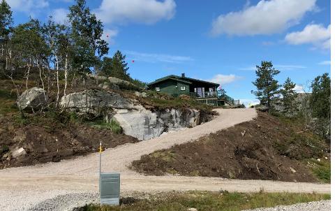 BYGDE UTEN Å SØKE: Denne hytteeieren fikk stikkveien opp til hytta bygget uten byggetillatelse. Nå setter Kvinesdal kommune ned foten, krever umiddelbar stans i bruken, fjerning av veien innen juni og varsler bøter hvis pålegget ikke blir overholdt.