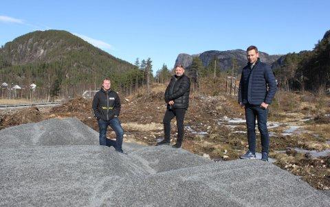 VIL HA FOTBALLHALL: Terje Moen og Glenn Josdal fra arbeidsgruppen gis nå i oppdrag å planlegge fotballhall på nyervervet tomt. Her på befaring sammen med ordfører Jonny Liland (til høyre).