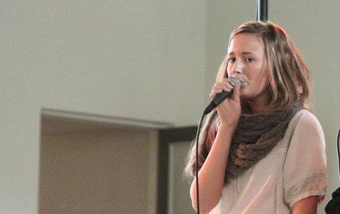 VIL SLÅ GJENNOM: Malene spelte inn countrysongen «More Like Her» i studio hjå Jon Martin Skauge, med kjærasten, Daniel Pettersen, bak mobilkameraet. Arkivfoto.