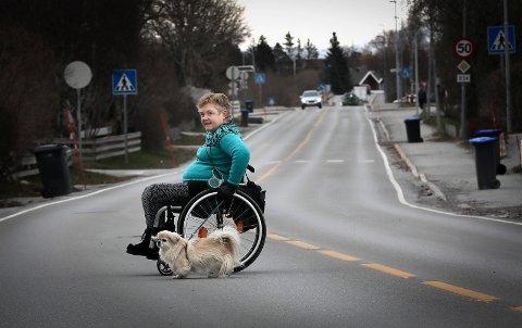 Mona Haugene er rullestolbruker og opplever at veisaltingen av bygatene påvirker hennes muligheter til å bevege seg utendørs.