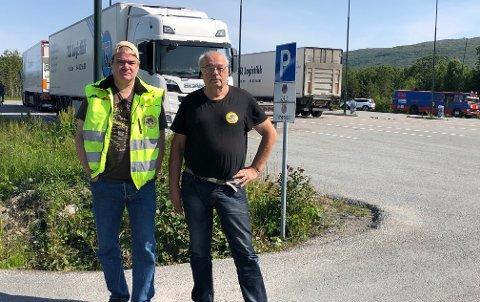 Fortviler: Hans Petersen fra Saltdal og Jan Høiback leder for interesse organisasjonen TIA, er lite imponert over standarden eller fasilitetene på og langs nordnorske veier. Nå frykter de også den økende trafikken i sommer.