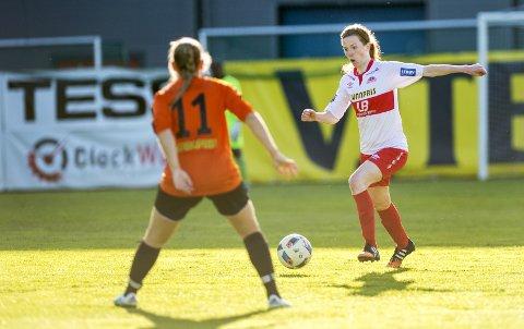 Sandviken-legenden June Hammersland er tilbake i klubben. Onsdag kveld var hun med å slå klubben hun startet sesongen i, nemlig Åsane. Hammersland spilte de tre første kampene i årets sesong for de oransje. Åsane-spilleren med ryggen til er Emilie Heggernes Olsen.