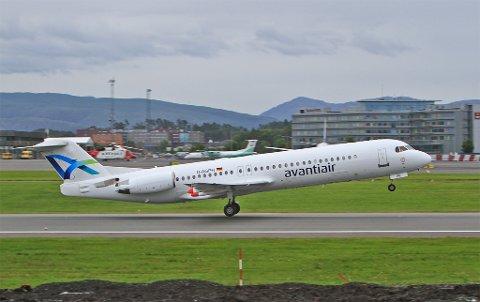 Fokker 100 på Flesland fredag 1. juli. Dette flyet skal gå i trafikk mellom Bergen og Oslo i juli.