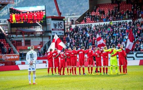 Kampen 2. påskedag var Erik Huseklepps første mot Brann etter at han skiftet klubb. Han sto et stykke bak Brann-spillerne, vendt mot Bataljonen og sang med på Nystemten.