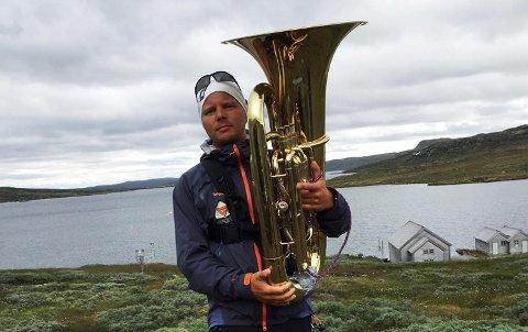 Christian Sommerseth (36) fra Sotra Brass tapte veddemål. Nå må han spille tuba hele veien til Geilo.