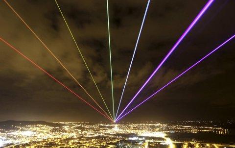 Laserregnbuen har vært verden rundt på lysfestivaler. 17. januar kommer Yvette Matterns                               kunstverk til Bergen. Ifølge Birk Nygaard er det en fordel at det ikke er klarvær når regnbuen danser over bergenshimmelen, siden den endrer karakter og blir enda vakrere når det er regn i luften. Dette bildet er fra Nord-Irland.
