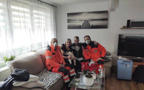 Etter noen dramatiske dager kom Krzysztof seg til slutt hjem til Polen. Her sammen med sin kone flankert av de polske ambulansearbeiderne som fraktet ham hjem.