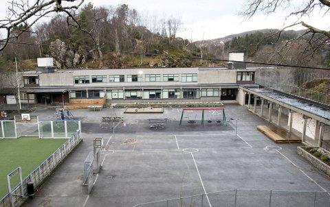 Mandag kveld ble det meldt inn skadeverk på Kalvatræet skole, som for øvrig er sommerstengt.
