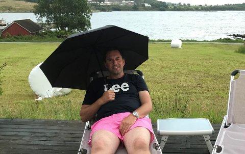 Sommerpraten: Vilhelm Sunnanå i solsenga på Mosterøy, i regnvær.