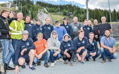 STOLTE: Stolte elever som har gjennomført Skoleprosjektet, og instruktørene deres, var tirsdag samlet til skoleavslutning i Vikersund Hoppsenter. I bakgrunnen skimter vi den nye hoppbakken elevene har vært med på å bygge.