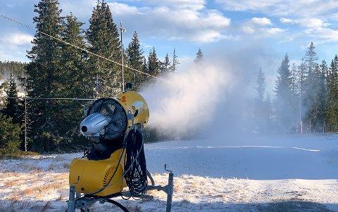 SNØPRODUKSJON: Torsdag startet Norefjell Skisenter produksjonen av snø, og holder det seg kaldt vil derfor alpinsesongen snart være i gang.
