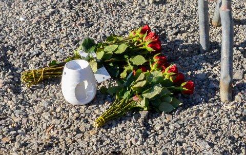 MINNESTED: Det er tent lys og blitt lagt ned blomster i Modum Skisenter der den alvorlige ulykken skjedde torsdag kveld.