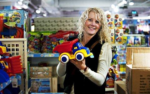 Juleglede: «God jul, lille venn» kickstarter jula for opphavskvinnen Anniken Hjelde fra Drammen. Hun er stolt over at gavedugnaden fenger mange og glad for at konseptet vokser og sprer seg også ti andre kanter av landet. Ryktet vil ha det til at også Oslo nå er kommet på banen. foto: tore sandberg