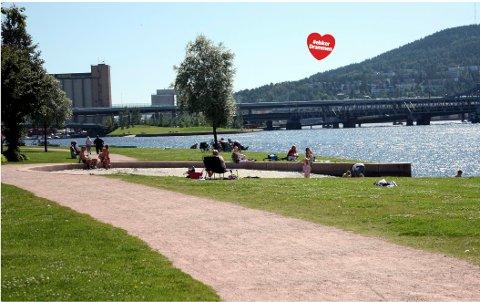 PUSTEHULL: Stien rundt Drammenselva tar deg med både til sandstrand, svaner, prisbelønte bruer, kafeer, volleyballbaner, treningsapparater og elveharper. Ikke så rart kanskje at drammenserne har trykket den til sitt bryst? (FOTO: MAGNUS BUER)