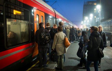 MANGE PENDLERE: Når Viken ringes inn nyttårsaften om et drøyt år skal pendlere og andre reisende bare ha èn billett å forholde seg til, uansett hvor i storfylket de skal reise med buss, tog og bane.