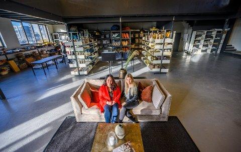 MYE STÆSJ: Det nye lageret og showrommet skal huse  alt av møbler og interiørstæsj som Siri Haust (32) (t.v.) og Merete  Anderssen (44) trenger for å style 120 hus og leiligheter på en gang.