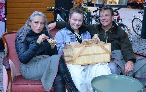 Ragnhild Larsen-Nyhus, datteren Andrea Larsen-Nyhus og Fredrik Haaning koste seg med kinogodteriet de vant.