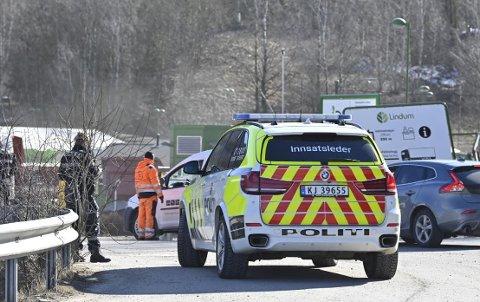 Politiet på stedet etter at det oppsto en situasjon med innleverte kjemikalier på Lindum.