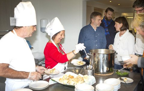 JUBILEUM: Blas Perez (t.v.) og Maria Holma serverte bursdagsgjestene da Kirkens Sosialhjelp som nå bytter navn til CRUX, feiret tiårsjubileum med gjester i Hokksund.