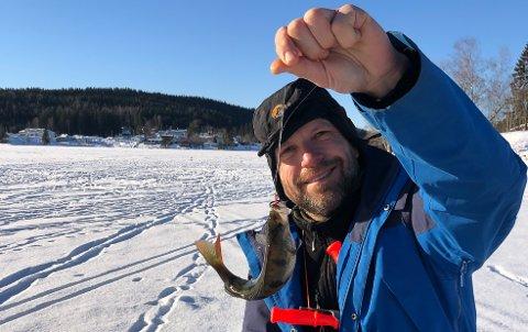 FISKER PÅ HAGATJERN: Abboren er i bedre hold enn ørreten om vinteren – og en flott matfisk, sier Knut Johan Ruud