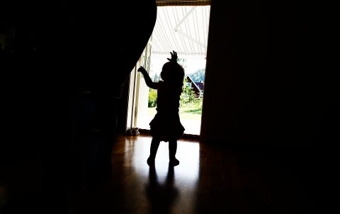 200706 Redd liten jente alene i verden. Barndom. Ensom. Forlatt. Foreldreløs. Barnevern.  Foto: Sara Johannessen / SCANPIX NB! Modellklarert