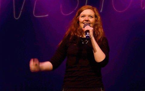 VESLE KINN: Susanne Larsen Kvamme (20) er ein  standupkomikar frå Florø. – Stas! seier ho om å komme og opptre i heimbyen.