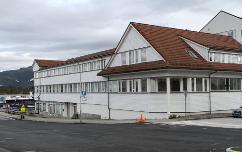 TIL SALS: Hamnegata 3 husa byens politistasjon mellom 1972 og 2008. I dag er det næring og lager i første etasje, hyblar i andre og kontor i tredje etasje.