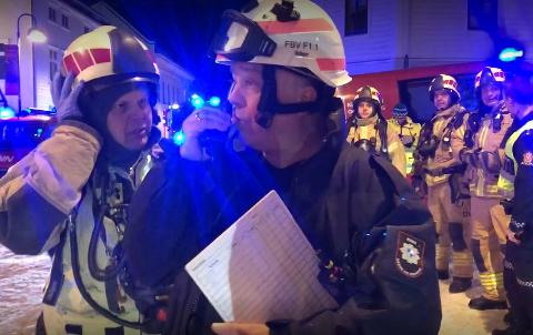 – UNNGJEKK STORBRANN: Det tok til å brenne i eit trehus i Florø sentrum måndag kveld. Det var ein viss spreiingsfare, men med lite vind fekk brannmannskapen raskt kontroll.