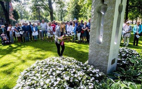 Mange ville minnes: Fredrikstads AUF-leder Malin Krå Simonsen hadde mange i ryggen da hun la ned krans til minne om ofrene etter 22. juli. Foto: Erik Hagen