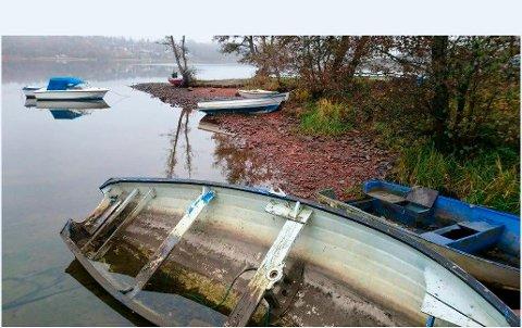 MILJØPROBLEM: Gamle båtvrak som ligger langs kysten utgjør et stor miljø- og forsøplingsproblem. Innføring av vrakpanten skal forhåpentlig få flere til å levere inn de gamle båtene sine.