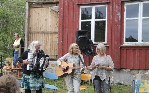 EN TRALL FOR BREKKE: Gruppen «Damene» med Wenche Mortensen, Kirsten Eggen og Anne-Lill Adamsen Reff krydret «Brekke-dagen» med musikk. Foto: Privat