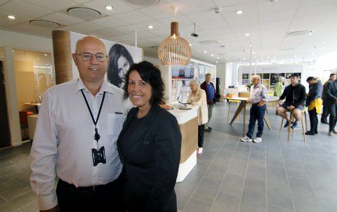 FORNØYDE: Banksjefene Kjell Bjønnes og Veronica Olsen er stolte av DNBs nyrenoverte banklokaler i sentrum. (Begge foto: Svein Kristiansen)