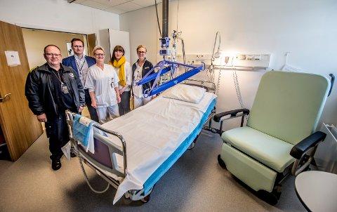 Flere tunge pasienter: Sykehuset Østfold har tilpasset et eget rom for sykelig overvektige. Her står seksjonsleder for ambulansetjenesten i Moss, Ove Bergsvenstuen (f.v.), HMS-sjef Terje Engvik, seksjonsleder ved observasjon og akuttkirurgi, Tone Skauen, verneombud ved akuttmottaket, Linda Pettersen, og spesialsykepleier Tonje Søfting Ringsrød.