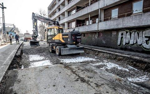 KOLLAPSET: Det pågår veiarbeid i Hans Jacob Nilsens gate ved jernbanen etter at veien har kollapset. Arbeidet vil trolig avsluttes i løpet av denne uken.