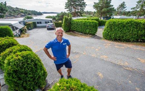 Stortrives: På naturskjønne Listranda Familiecamping står folk i kø for å få plass til campingvogna si. Plassjef Fred Olsen har vært her i ti år og stortrives.