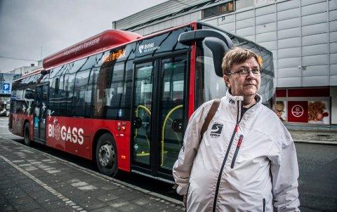 Ga klar beskjed: Unni Eide blir kjørt til jobben på Kalnes av ektemannen, men tok til orde for bedre busstilbud på vegne av kollegene. Nå endrer ØKT tidene fra sykehuset.