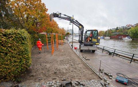 AKTIVITET PÅ PROMENADEN: Her på bryggepromenaden er Fredrikstad kommune i gang med å anlegge en liten aktivitetspark. Går alt etter planen, er den ferdig i løpet av måneden.