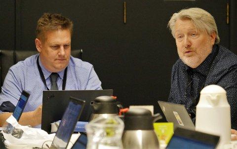 Vil vite mer om vannforsyningen: Rådes varaordfører Erling Ek Iversen (til høyre), og ordfører René Rafshol vil ha ny utredning om vann- og avløpsløsninger og utsetter bygging av basseng og ringledning.  (Foto: Øivind Lågbu)