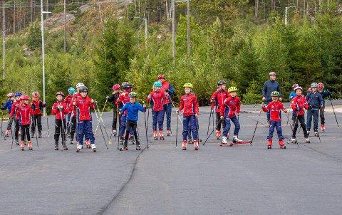 FORNØYDE BARN: Mer enn 30 barn deltok på trening under rekrutteringskvelden skiklubben arrangerte torsdag. Da var det perfekt å kunne skilte med flunkende ny rulleskibane.
