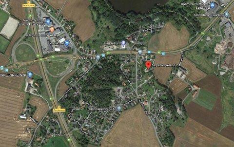UBEBYGD: I boligstrøket ved Sarpsborgveien på Årum, ligger det en fire dekar stor ubebygd eiendom. Det har en utbygger tenkt å gjøre noe med – og bygningsmyndigheten støtter planene.
