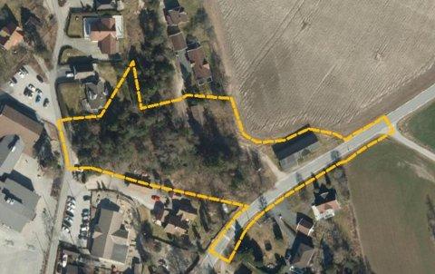 Området hvor det planlegges nye boliger, grenser til Torsnesveien (nede til høyre). Planområdet går bort til Veelstoppen (veien til venstre).