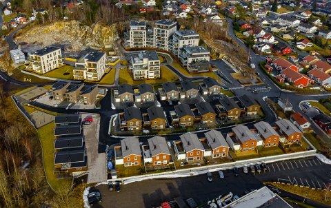 TINDLUND PARK:  Ove Skår AS  har bygd leilighetene i Tindlund Park, mens Rosenlund Eiendom står bak eneboligene som har adresse Trollfaret. Trykk på piltast for å se bildet før utbyggingen.