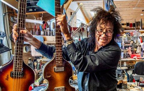 Øivin Fjeld har testet positiv på en korona-test. 69-åringen er i fin form, og ber alle som var innom gitarverkstedet den siste uken om å teste seg. Bildet ble tatt for ett år siden i gitarverkstedet på Rolvsøy.