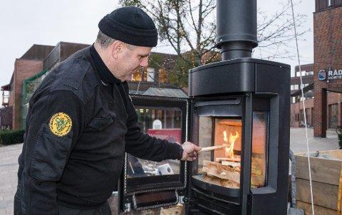 FYRETID: Nå som temperaturen synker kan det være godt å fyre opp i peisen. Feiermester Ruben Heggertveit viste folk i Horten hvordan man fyrer riktig for noen år siden.