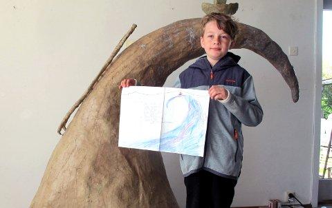 TEGNET: Birk (9) har tegnet utkastet til Bølgen som nå skal støpes i bronse.