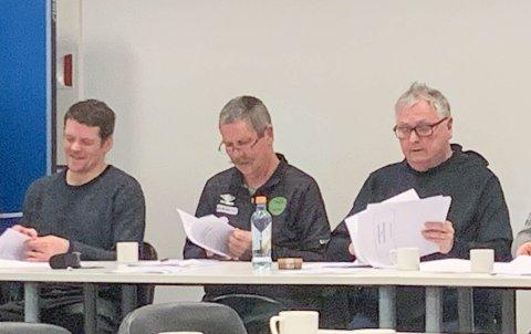 F.v. Sportslig leder Frank Szanto, avtroppende styreleder Kåre Hjertvik og ordstyrer Hallgeir Pedersen kom seg raskt gjennom årets sakspapirer.