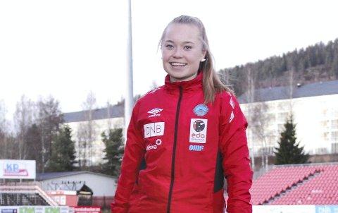 Bestevenn med ballen: Sara Karlsson Lysen har brukt utallige timer på Gjemselund, hjemme i hagen og på kjøkkengulvet for å bli en best mulig fotballspiller. I år har 15-åringen tatt ekstremt store steg og kronet det hele med landslagsspill og fast spill for KIL-damene i 1. divisjon.