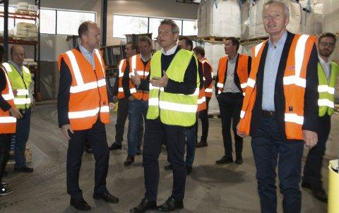 OMVISNING: Administrerende direktør Trond Hagerud (gul vest) viser NHO-direktør Ole Erik Almlid og de andre som deltok under besøket rundt i Mapeis fabrikklokaler på Sand.