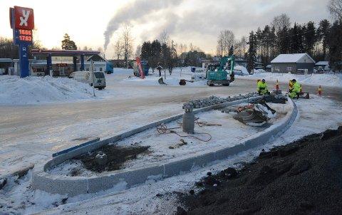 TRAFIKKØY: Ny trafikkøy bygges nå i krysset på Braskereidfoss.